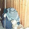 Bild mit Seltenheitswert: Ernst Bartmann streichelt einen Hund